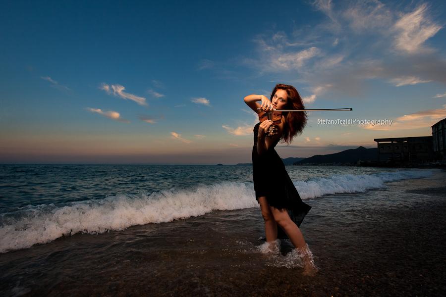 La violinista sul mare
